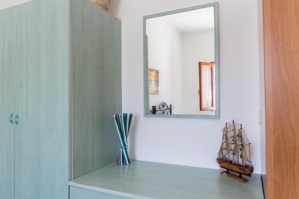 spaziosi armadi con cassettiera centrale  e specchio