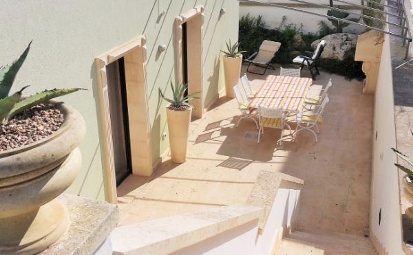 Il cortile con il giardinetto