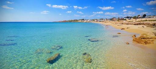 Il mare cristallino e la spiaggia di sabbia fine