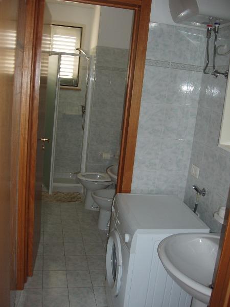 Foto 4: Bagno piano terra, con antibagno e lavatrice