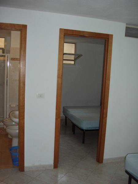 Foto 11: particolare della camera matrimoniale della tavernetta e del bagno vicino