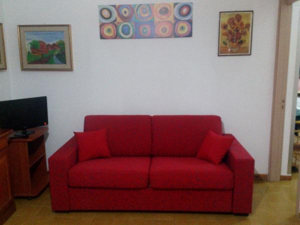 Comodo e tranquillo appartamento a pochi metri dal mare - Divano 2 metri ...
