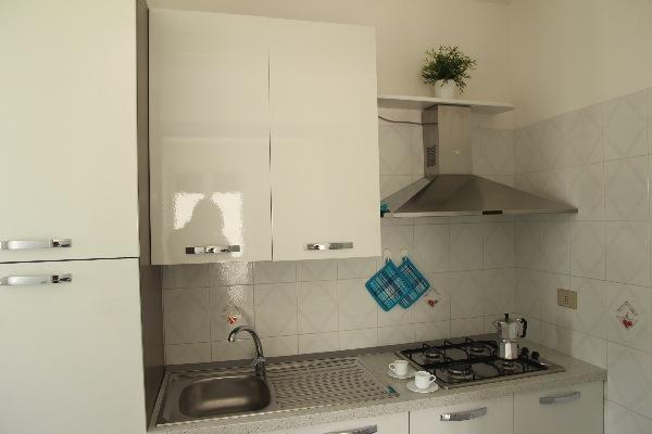 Foto 11: cucina con forno a gas e forno microonde