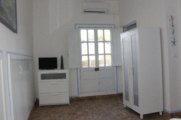 Foto 7: ampia camera da letto con armadio e cassettiera con comodo vano per borse