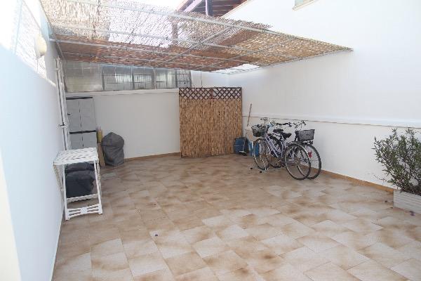 Foto 21: spazio esterno sul retro con pila, doccia esterna e barbecue