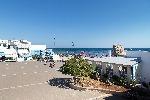 Appartamenti a Torre Pali. Casa indipendente a Torre Pali, a 20 m dalla spiaggia, sulla piazza antistante la Torre.